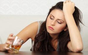 Девушка пьет