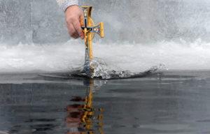 Обряд крещенской водой