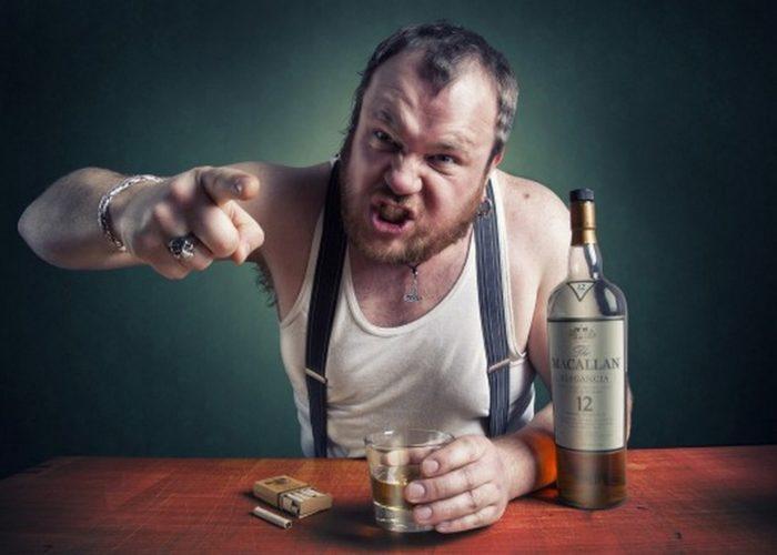 Алкоголик ведет себя агрессивно
