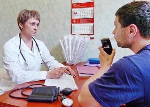 Автомобилиста осматривает врач