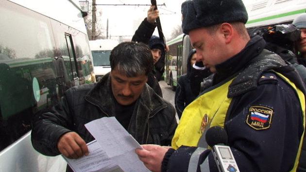 Полицейский объясняет, какие нарушения допустил автомобилист
