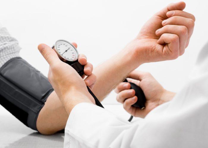 Повышением артериального давления