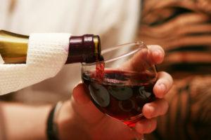 Употреблять вино