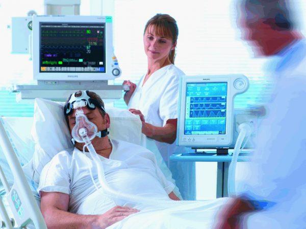 Больного подключают к аппарату искусственного дыхания