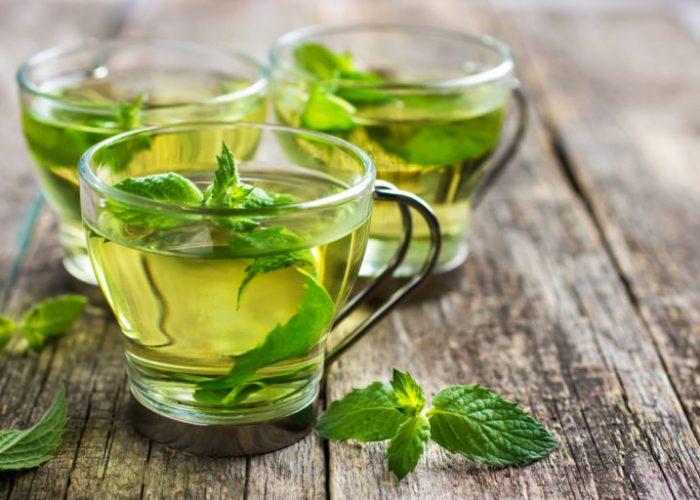 Чай с несколькими листочками мяты уменьшит тошноту и рвотные позывы