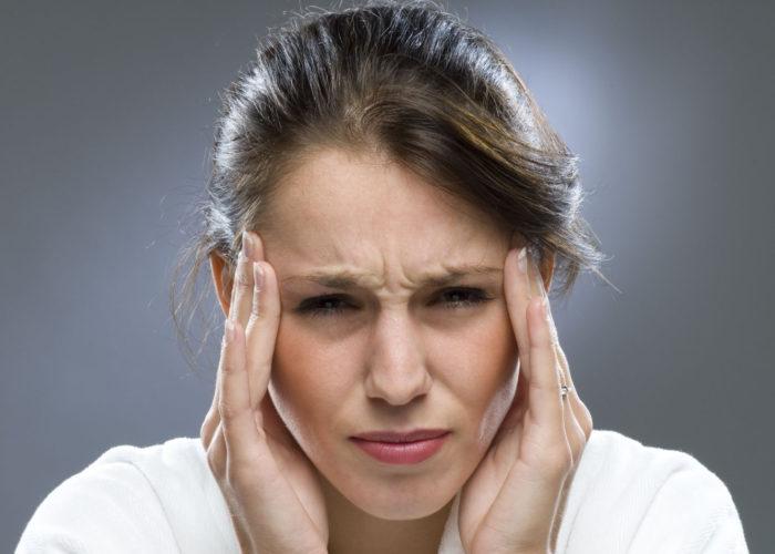 Человека мучает головная боль