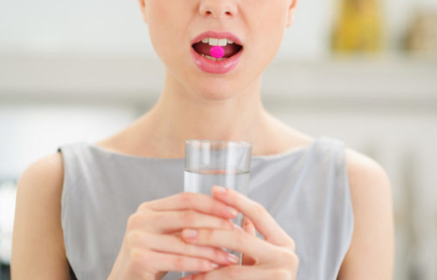 Принять сорбенты и пить как можно больше воды