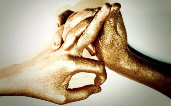 поднять кулаки к переносице
