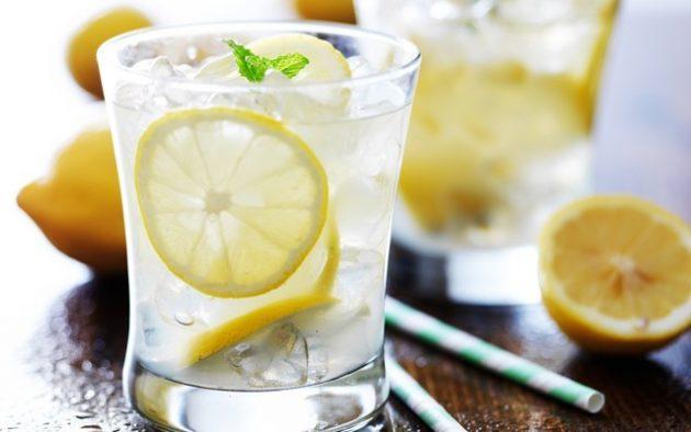Стаканом минералки с кусочком лимона