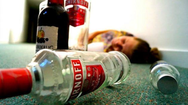 Употребление чрезмерного количества алкогольных напитков