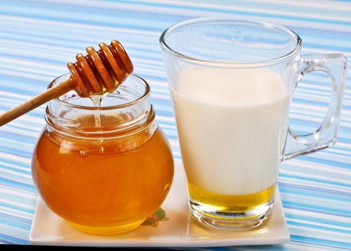 Употребление одного стакана молока с медом перед сном способно очистить кровь и дыхательные пути