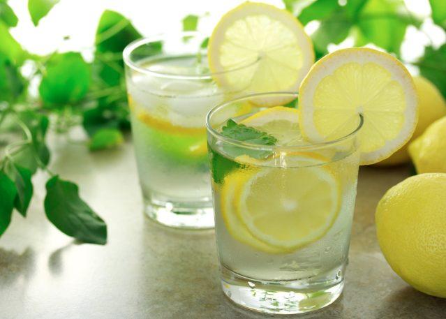 Вода с лимонным соком и половиной чайной ложки сахара устранит похмелье лучше
