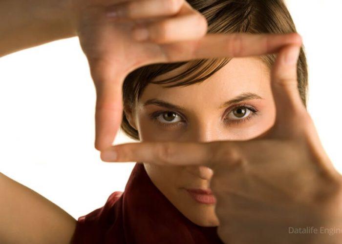 Полное отсутствие зрительного контакта с людьми