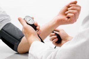 При приёме препарата следует контролировать артериальное давление
