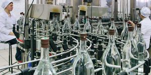 Производство алкоголяна заводе отличаеться от домашнего способами очистки
