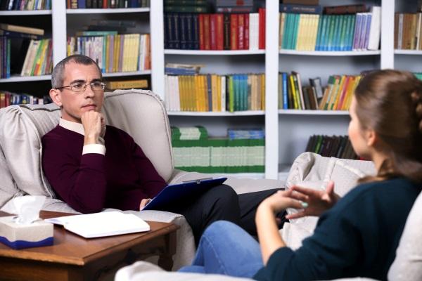 Психолог беседует с пациентом