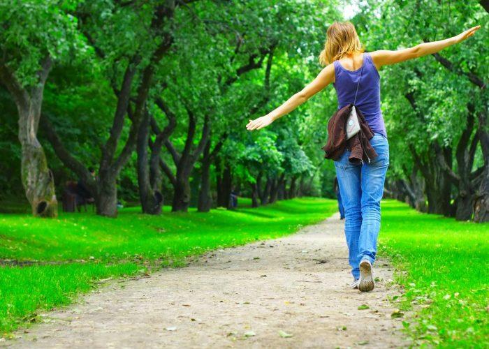 Совершать пешие прогулки