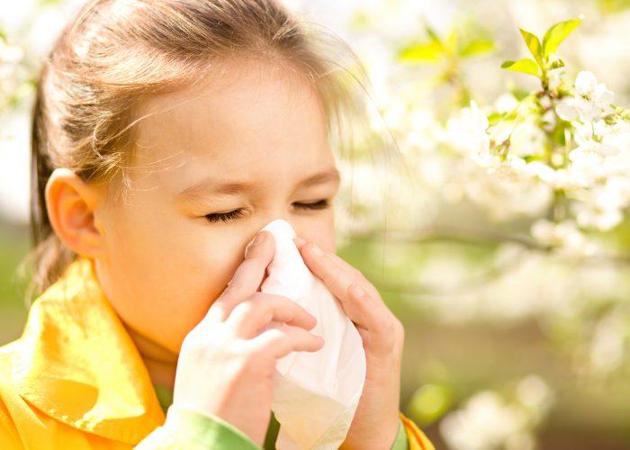 Страдает аллергическими патологиями