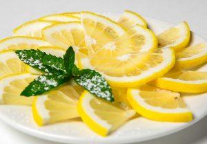 У россиян принято в качестве закуски подавать лимон