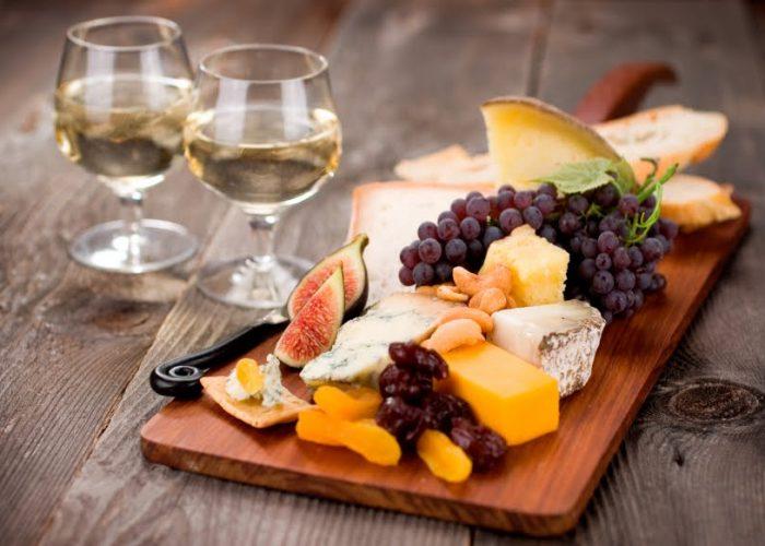 Вино с сыром и фруктами